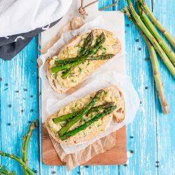 Przepis na kanapki z jajecznicą i smażonymi szparagami