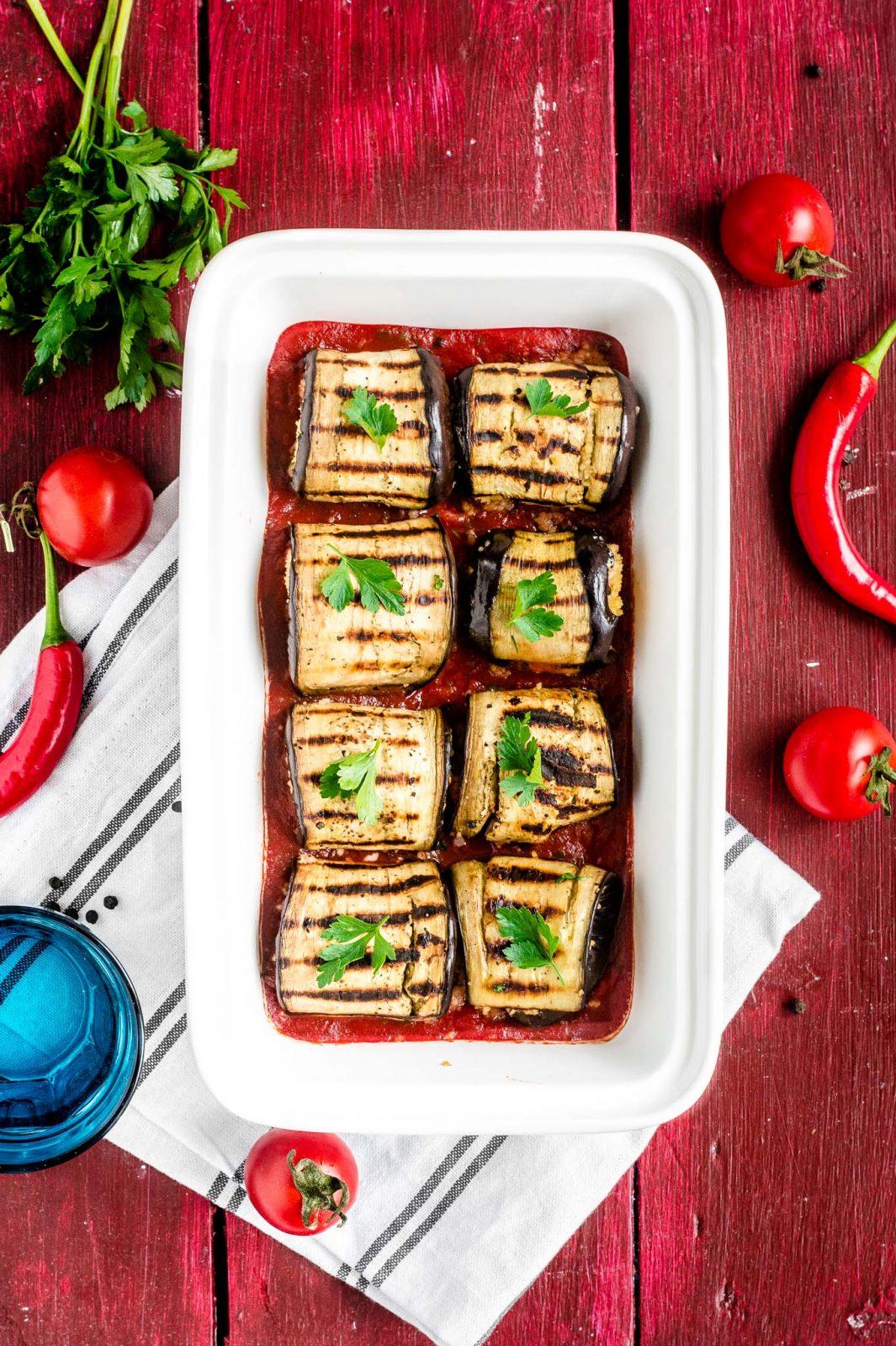 Roladki z bakłażana z kuskusem w sosie pomidorowym