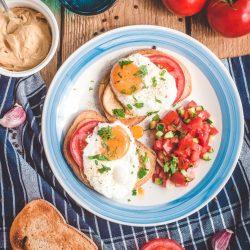 Tosty z hummusem, jajkiem i salsą