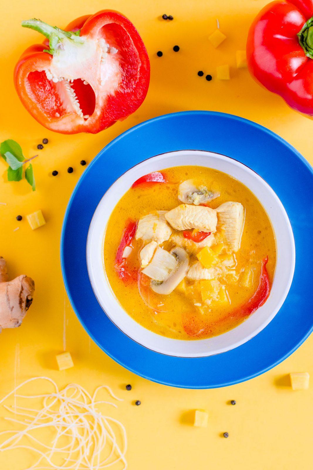 Zupa dyniowa z kurczakiem i mlekiem kokosowym