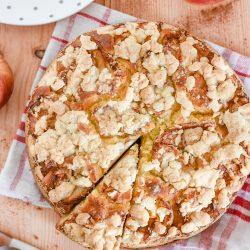 Jogurtowe ciasto z jabłkami i kruszonką